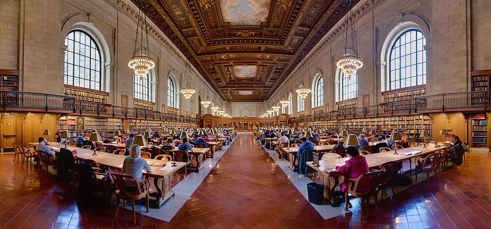 תצלום פנורמי של חדר הקריאה הראשי בספרייה (לצפייה הזיזו עם העכבר את סרגל הגלילה בתחתית התמונה)