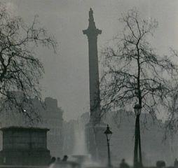 Καπνομίχλη στο Λονδίνο, 1952 (φωτό από N T Stobbs/Wikipedia)