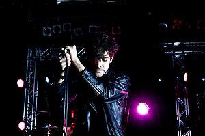 Alan Palomo do Neon Indian se apresentando em 2011