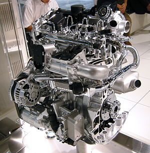 Inline-four engine - A cutaway Renault-Nissan M9R 2.0 L Straight-4 DOHC Common rail diesel engine