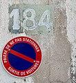 Numéro 184 et interdiction de stationner rue Bataille (Lyon).jpg