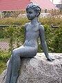 Oosterwolde - Meisje op zwerfsteen (1966) van Wladimir de Vries - 1.jpg