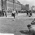 Opgeruimd staat netjes in Rotterdam, burgemeester Thomassen trapt bal, Bestanddeelnr 917-8226.jpg