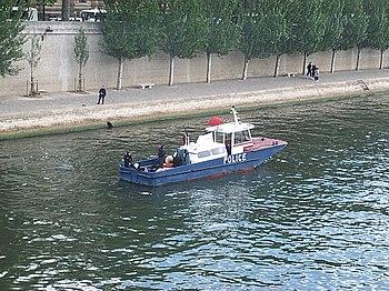 Patrouille fluviale sur la Seine (Paris).