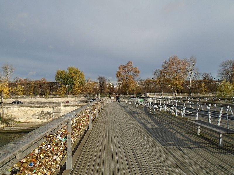 File:Paris Passerelle Léopold-Sédar-Senghor 20151121 love padlock vandalism.jpg