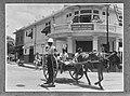 Politieagent en paard en wagen in Kingston op Jamaica. Op de achtergrond in wink, Bestanddeelnr 252-5387.jpg