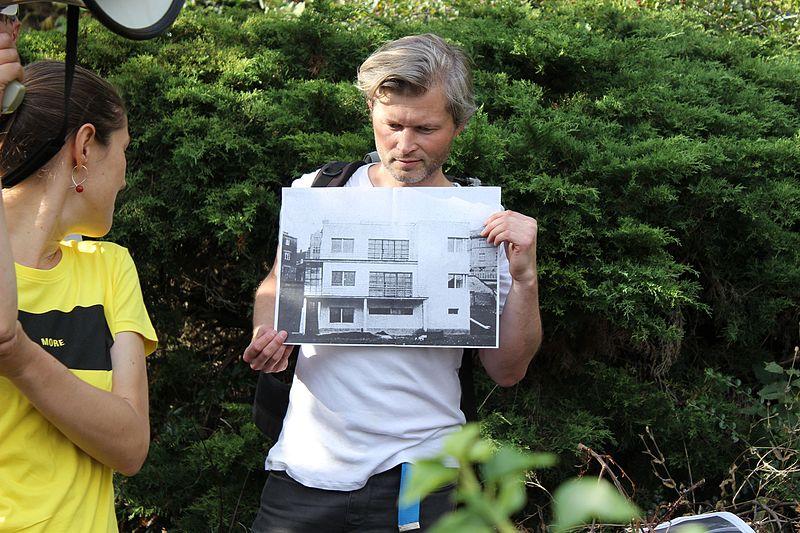 File:Praha, Nad Rokoskou 30, historik Tomáš Řepa ukazuje historickou fotografii.jpg