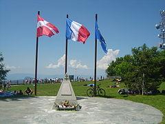 Vue sur une stèle en l'honneur de résistants morts au combat le 10 juin 1944 au mont Revard.
