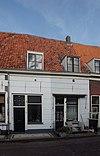 foto van Huis met lijstgeveltje, alleen parterre