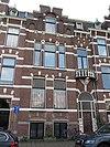 foto van Pand in neo-renaissance trant met trapgevel, waarin ontlastingsbogen, blokken en banden. Rechts een terugliggende ingangspartij met boogfries en balcon met balustrade