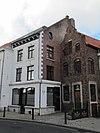 foto van Huis met hoog zadeldak en aan de straat een gepleisterde lijstgevel