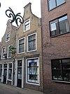 foto van Pand met eenvoudige tuitgevel van IJsselsteen met rode vensterstrekken