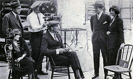 Fleming (zittend) op de set van Red Hot Romance (1921)