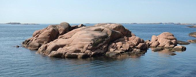 Red granite cliffs at Stångehuvud.jpg