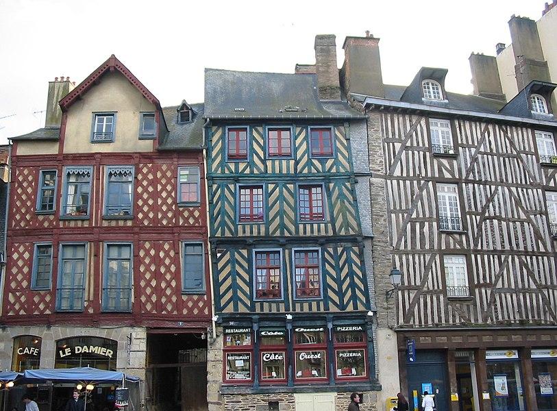 Place Sainte-Anne à Rennes. Les deux bâtiments de gauche (n° 9 et n° 10) sont des MH inscrits.