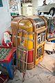 Rocola antigua con juguetes dentro, trineo para nieve.jpg