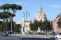 Rom, Kirche Santissimo Nome di Maria al Foro Traiano, Trajanssäule und Julius-Caesar-Statue.JPG