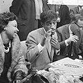 Sammy Davis jr in Nederland, tijdens persconferentie op Schiphol, Bestanddeelnr 916-1954.jpg