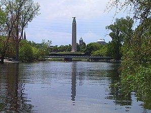 Saranac River und Thomas Macdonough Monument