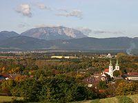 Schwarzau am Steinfelde mit dem Schneeberg.jpg