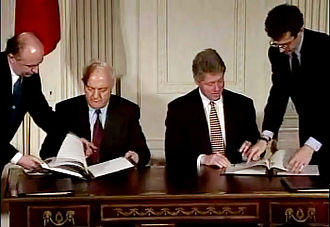 Georgia–United States relations - Former Soviet Foreign Minister and then President of Georgia Eduard Shevardnadze signing the 1995 Georgian-American Investment Treaty with President Clinton