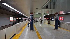 Shinjuku-sanchōme Station - Image: Shinjuku sanchome Fukutoshin Line platforms 20131116