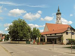 Siegertsbrunn, kerktoren in straatzicht 2012-08-06 11.33.jpg