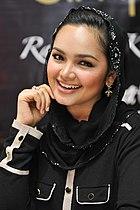 Siti mempromosikan SimplySiti di pasaran Malaysia (kiri) dan Brunei (kanan) pada 2010 dan 2011.