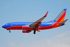 Southwest Airlines Boeing 737-700; N258WN@LAX;21.04.2007 466kp (4288555933).jpg