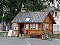 Stary Rynek w Łowiczu - kiosk z pamiątkami.JPG