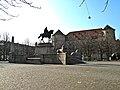 Stuttgart Karlsplatz Kaiser-Wilhelm-Denkmal als Reiterstatue mit Altem Schloss im Hintergrund.jpg