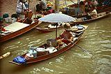 食べ物屋台の小舟