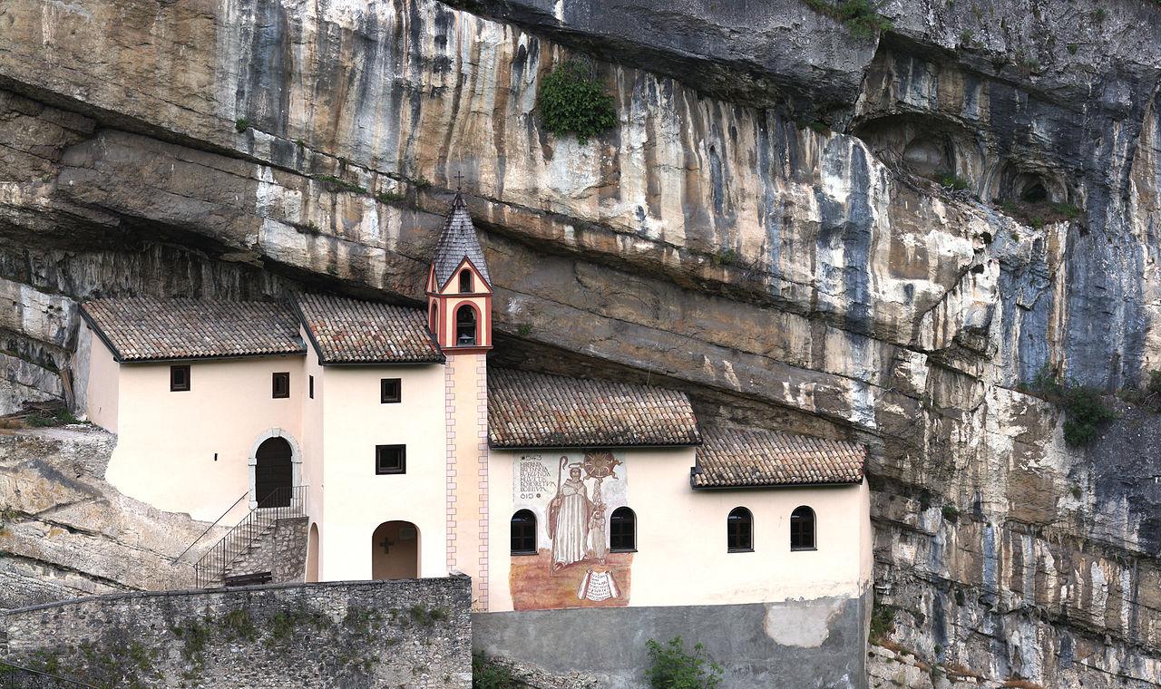 Впечатляющие церкви на скалах в Северной Италии