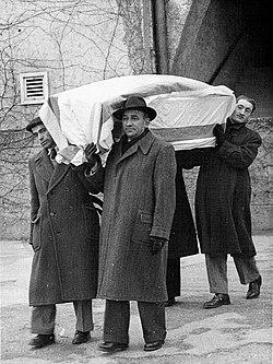 Transferring Sh. Z. Pugachov's coffin to Israel, Vienna 1949.jpg