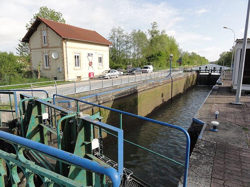 Travecy (Aisne) écluse canal de la Sambre à l'Oise