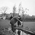Van de Polls stiefdochters Renée en Hans met de heer Numann in zijn tuin, Bestanddeelnr 252-1916.jpg