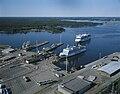 Vasklot hamn cirka 1994 med Silja Festival på inkommande och Wasa Queen vid kaj i bakgrunden Sundom skärgård.jpg