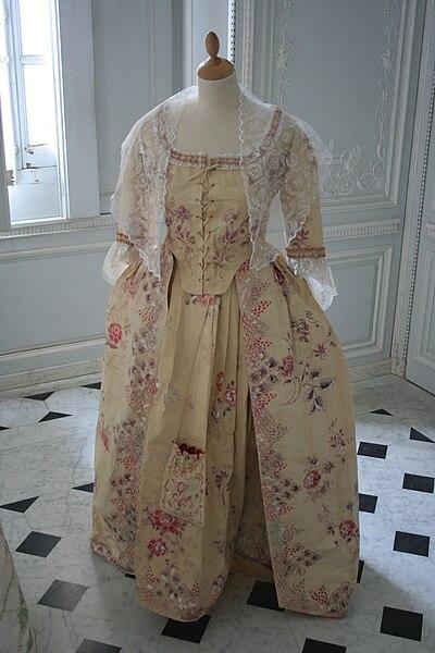 Fichier:Versailles-Appartements de Marie-Antoinette-Robe 1.jpg