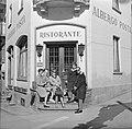 Vier vrouwen en een man bij een restaurant in een buitenland Ascona, Zwitserlan, Bestanddeelnr 254-5604.jpg