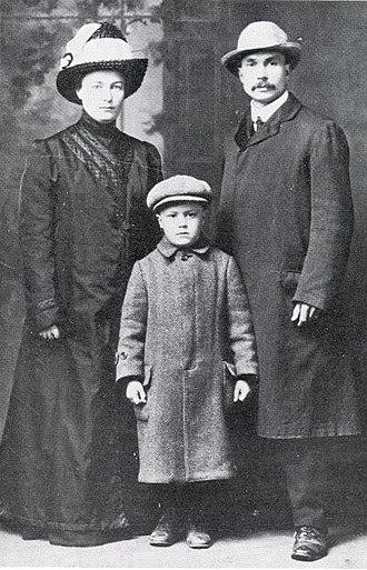 Yrjö Sirola - Sirola with his family in Hancock, Michigan, 1913.