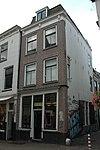 foto van Hoekpand van drie bouwlagen, een kap loodrecht op de Zadelstraat en een, gedeeltelijk onder de straat gelegen, kelder