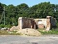 Вакол храма некалькі напаўразбураных старадаўніх пабудоў.jpg