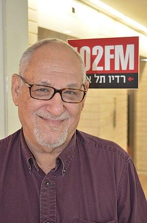Ze'ev Chafets - Image: זאב חפץ (Ze'ev Chafets) באולפן רדיו תל אביב