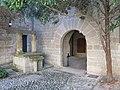 044 Monestir de Sant Benet de Bages, pati de la Creu, pou i portal.jpg