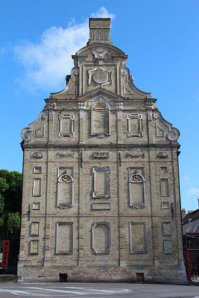L'ancien mont de piété dessiné par Wenceslas Cobergher (1629) et actuel musée municipal de Bergues (Nord, France).
