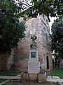 150 Castell de la Geltrú, angle nord-est, i monument a Toldrà (Vilanova i la Geltrú).jpg