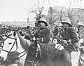 1910-01-27, Actualidades, La entrada de la brigada de cazadores en Madrid, Cifuentes (cropped) El general Tovar, jefe de la división, y el teniente coronel de Estado Mayor y sus ayudantes entrando en Madrid al frente de las tropas.jpg