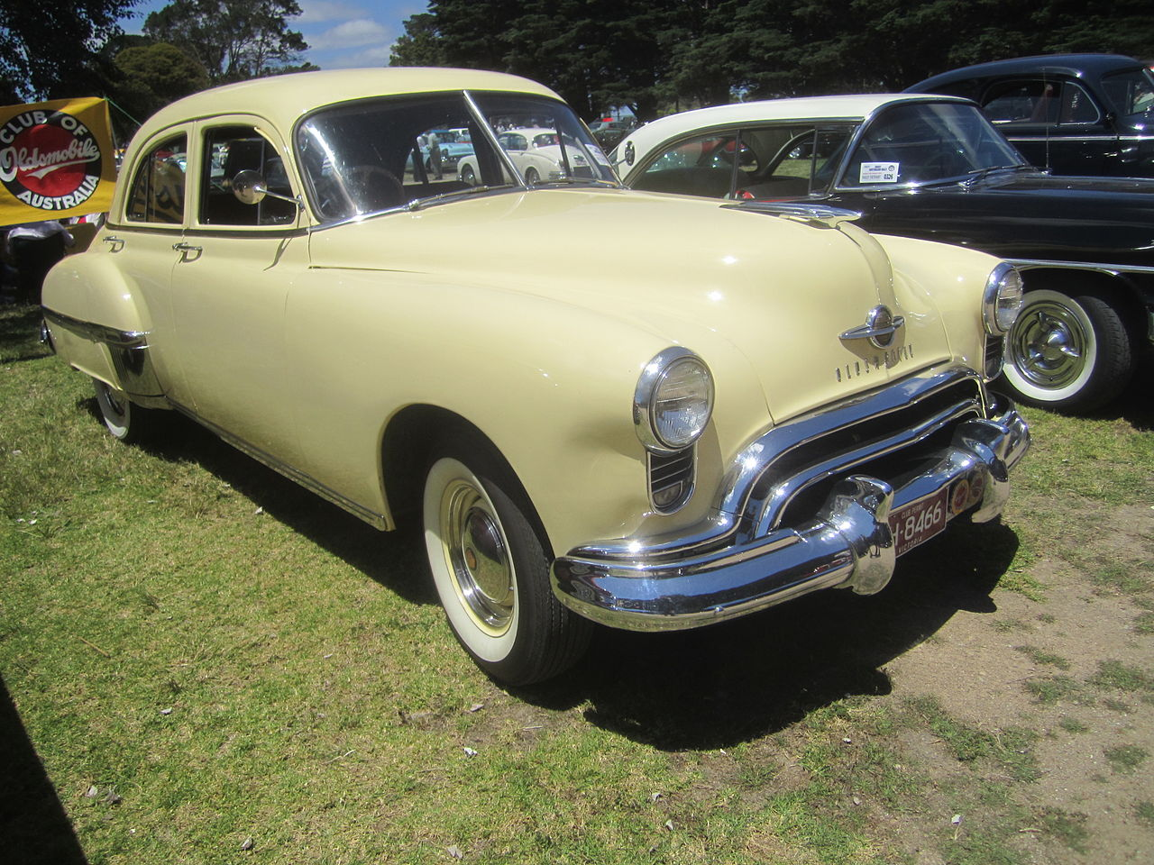File 1949 oldsmobile 88 4 door wikimedia commons for 1948 oldsmobile 4 door sedan