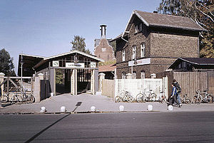 Lichtenrade station - Lichtenrade station as a terminus, the station building in front and the malting behind, 1986