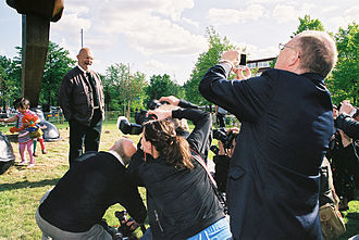 Jim Dine - Jim Dine, surrounded by photographers,  at the inauguration of his work Walking to Borås (behind him on the left), May 16, 2008.